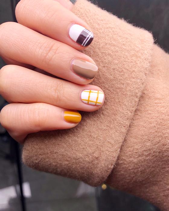 简单的绘画格纹条搭配跳色指甲美翻了